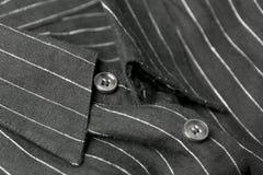 Feche acima da vista de uma camisa preta genérica do negócio com uma linha teste padrão Foto de Stock