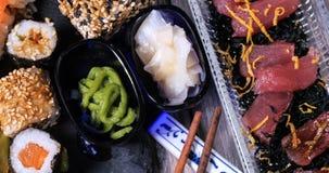 Feche acima da vista de uma variedade do alimento japonês: sushi, nigiri, sashimi Foto de Stock Royalty Free