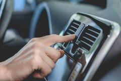 Feche acima da vista do dedo que empurra botões no carro novo Imagens de Stock