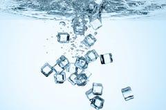Feche acima da vista dos cubos de gelo na água Imagem de Stock