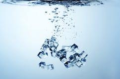Feche acima da vista dos cubos de gelo na água Foto de Stock Royalty Free