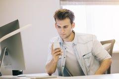 Feche acima da vista dos homens de funcionamento no escritório Desenhista à moda no assento do trabalho Focalizado em seu homem d Imagens de Stock