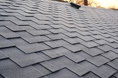 Feche acima da vista em Asphalt Roofing Shingles Background Telhas do telhado - telhado Dano do telhado das telhas coberto com a  Fotografia de Stock