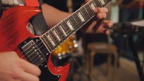 Feche acima da vista guitarra dos jogos do guitarrista da eletro no clube noturno foto de stock royalty free