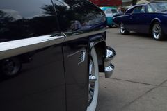 Feche acima da vista lateral do carro clássico foto de stock