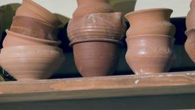 Feche acima da vista na prateleira da oficina da cerâmica filme