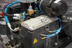 Feche acima da vista no compressor de ar novo limpo com motor bonde, filtro, componentes de borracha das mangueiras, os pneumátic imagens de stock royalty free
