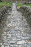 Feche acima da vista da ponte de pedra histórica das épocas romanas em um vale isolado da montanha imagem de stock royalty free