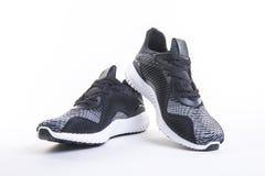 Feche acima da vista da sapata preta do corredor e da aptidão do esporte, sapatilhas foto de stock royalty free