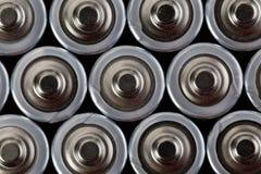 Feche acima da vista superior em fileiras borradas do fundo do sumário da energia das baterias do AA das baterias Fotos de Stock