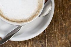 Feche acima da xícara de café na tabela de madeira foto de stock