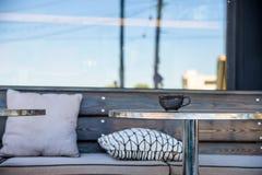 Feche acima da xícara de chá preta na tabela do restaurante Fotos de Stock Royalty Free