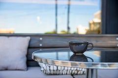 Feche acima da xícara de chá preta na tabela do restaurante Imagem de Stock