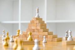 Feche acima da xadrez do rei na parte superior, conceito do negócio imagens de stock