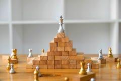 Feche acima da xadrez do rei na parte superior, conceito do neg?cio imagens de stock royalty free