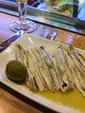 Feche acima das anchovas e da azeitona verde fotos de stock royalty free