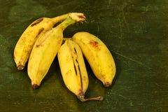 Feche acima das bananas na textura de madeira velha, banana orgânica Imagem de Stock Royalty Free