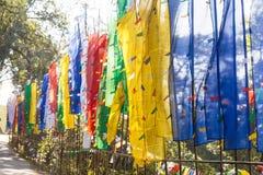 Feche acima das bandeiras tibetanas coloridas ao longo do lado ao lado da porta da entrada de Guru Rinpoche Temple em Namchi Sikk foto de stock