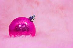 Feche acima das bolas cor-de-rosa do Natal em lãs cor-de-rosa Foto de Stock Royalty Free