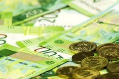 Feche acima das cédulas dispersadas e de uma dispersão das moedas Desconte cédulas de 200 rublos de russo e moedas de 10 rublos Fotografia de Stock