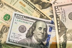 Feche acima das cédulas dos EUA, 100 a nota do dólar americano, 50 as notas do dólar americano, 20 notas do dólar americano Imagens de Stock Royalty Free