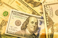 Feche acima das cédulas dos EUA, 100 a nota do dólar americano, 50 as notas do dólar americano, 20 notas do dólar americano Imagem de Stock