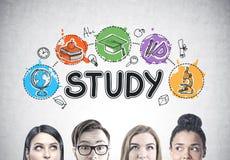 Feche acima das cabeças dos jovens s, esboço do estudo fotos de stock royalty free