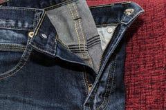 Feche acima das calças de brim da forma, foco selecionado Imagens de Stock