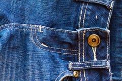 Feche acima das calças de brim da sarja de Nimes Fotos de Stock
