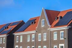 Feche acima das casas de fileira modernas com painéis solares fotos de stock