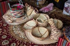 Feche acima das cestas feitos à mão e os matts/cestas e matts fizeram com folhas de palmeira foto de stock
