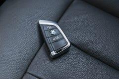 Feche acima das chaves de BMW XM 201 couro preto no interior perfurado do carro do assento Detalhes do interior do carro Detalhe  Foto de Stock Royalty Free