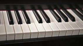 Feche acima das chaves do piano video estoque