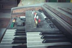 Feche acima das chaves do teclado velho do sintetizador foto de stock royalty free