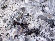 Feche acima das cinzas e das cinzas do papel do dinheiro do fantasma que queima-se para o antepassado no ano novo chinês imagens de stock
