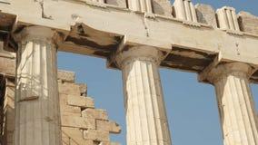 Feche acima das colunas do erechthion na acrópole em Atenas vídeos de arquivo