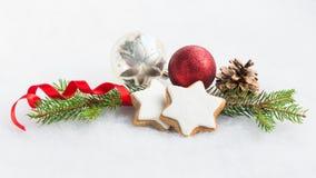 Feche acima das cookies caseiros da estrela do Natal sobre o fundo macio branco Decoração do Natal Foto de Stock
