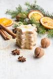 Feche acima das cookies dadas forma da manteiga estrela nuts caseiro com crosta de gelo, pinho, fatias alaranjadas, canela, anis, Imagem de Stock
