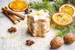 Feche acima das cookies dadas forma da manteiga estrela nuts caseiro com crosta de gelo, pinho, fatias alaranjadas, canela, anis, Foto de Stock Royalty Free