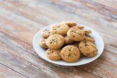 Feche acima das cookies de farinha de aveia do chocolate na placa Imagens de Stock Royalty Free