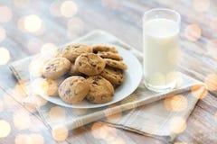 Feche acima das cookies e do leite de farinha de aveia do chocolate Imagem de Stock Royalty Free