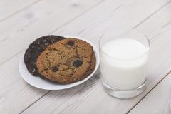 Feche acima das cookies e do vidro de leite Fotografia de Stock Royalty Free