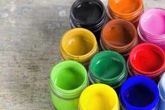 Feche acima das cores de cartaz coloridas com foco seletivo Imagens de Stock