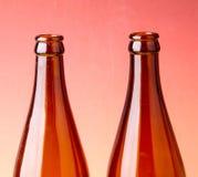 Feche acima das cores do fundo das garrafas de cerveja. imagens de stock royalty free