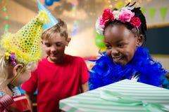 Feche acima das crianças com presentes fotografia de stock royalty free