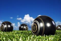 Feche acima das esferas de bowling em um campo do bowling Fotografia de Stock Royalty Free