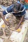 Feche acima das estátuas crafted mão do ídolo de Ganesha indicadas no mercado durante Ganesh Festival Imagem de Stock Royalty Free