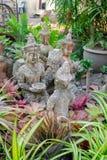Feche acima das estátuas pequenas do budha em um quintal de uma casa em Chiang Mai, Tailândia Fotografia de Stock