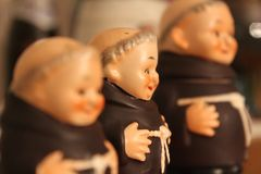 Feche acima das estátuas pequenas das monges Imagens de Stock