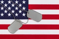 Feche acima das etiquetas de identificação militares na bandeira dos EUA Foto de Stock